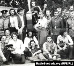 Одна з таких світлин. Другий знизу – Станіслав Мойсеєв у студентські роки, посередині – Людмила Ваннек