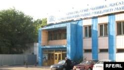 Алматинский завод тяжелого машиностроения, главная проходная. Алматы, 21 сентября 2009 года.