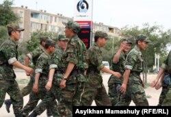 Солдаты в центре города Актау. 14 мая 2012 года.