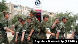 Ақтау қаласының орталығында жүрген солдаттар. Ақтау, 14 мамыр 2012 жыл. (Көрнекі сурет)