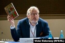 Prof. Jochen Sander la conferința de presă cu prilejul deschiderii expoziției