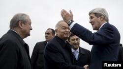 Президент Узбекистана Ислам Каримов встречает государственного секретаря США Джона Керри в аэропорту Самарканда. 1 ноября 2015 года.