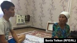 Онайгуль Досмагамбетова с сыном Кайратом в доме в Жанаозене. Мангистауская область, 30 сентября 2017 года.