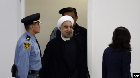 ورود حسن روحانی به محل برگزاری نشست برای ایراد سخنرانی خود.