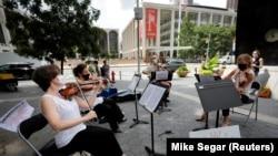 Cvartet de coarde al Filarmonicii din New York, într-un recital pe stradă, în vară, când se anulase numai prima parte a sezonului 2020-21, New York.