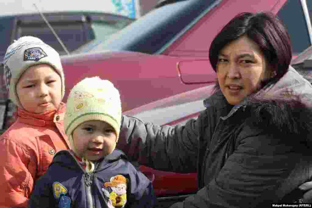 31-летняя домохозяйка Назгуль Мунайтпасова стремится побыстрее устроить своих детей в детский сад, чтобы начать зарабатывать. Алматы, 2 марта 2013 года.