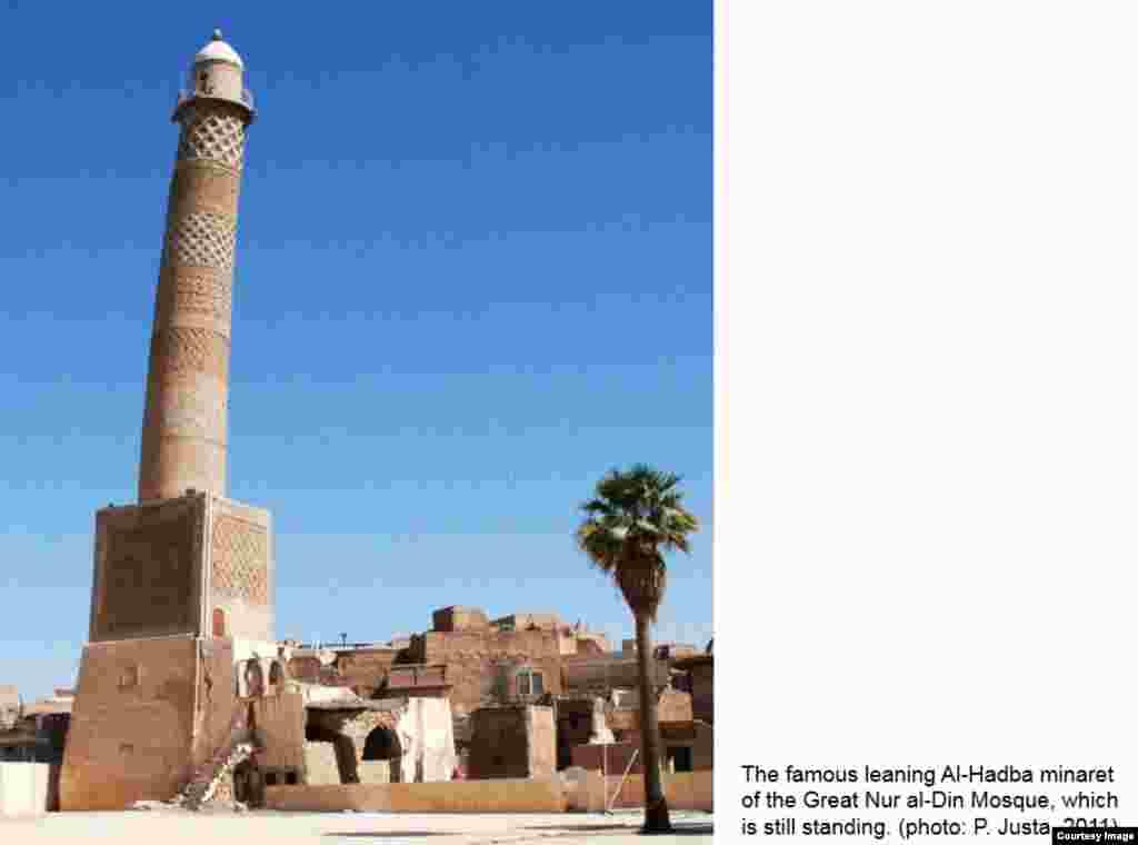 Этот минарет Большой мечети Нур-ад-Дина в Мосуле также теперь разрушен. Снимок 2011 года