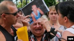 Жанчына трымае партрэт сына, паланёнага прарасейскімі сэпаратыстамі. Кіеў, 16 ліпеня