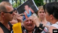 Баласы Украинаның шығысындағы ресейшіл сепаратистер тұтқынында отырған әйел адам жылап тұр. Киев, 16 шілде 2014 жыл. (Көрнекі сурет)