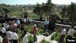 Jurnalistlər Elmar Hüseynovun qəbrini ziyarət edir