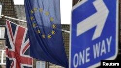 Britaniya və Avropa bayraqları London küçəsində