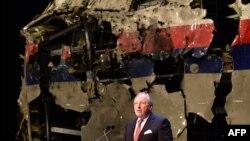 Глава Совета безопасности Нидерландов Чиббе Яустра представляет доклад