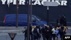 Poliția evacuează ostatecii de la magazinul evreiesc de la Porte de Vincennes, estul Parisuluiu, 9 ianuarie 2014