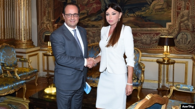 Azerbaijan's first lady, Mehriban Aliyeva, had an awkward run-in with a journalist not long after meeting with French President Francois Hollande at the Elysee Palace.