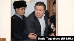 Обвиняемого в разжигании розни Серикжана Мамбеталина выводят из зала суда. Алматы, 20 января 2016 года.