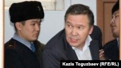Серікжан Мәмбеталин (ортада) Алматы сотында. 20 қаңтар 2016 жыл. Көрнекі сурет