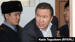 Гражданского активиста Серикжана Мамбеталина выводят из зала суда. Алматы, 20 января 2016 года.