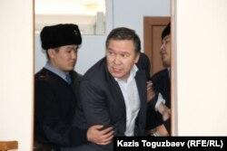 Обвиняемого в «возбуждении розни» Серикжана Мамбеталина выводят из зала суда. Алматы, 20 января 2016 года.