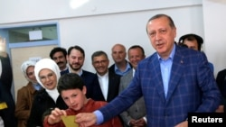 Эрдоган голосует на избирательном участке в Стамбуле