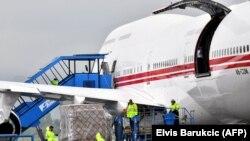 Avion iz UAE sletio na sarajevski aerodrom sa donacijom, 27. maj