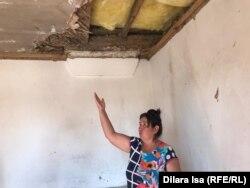 Жительница показывает последствия разрушений из-за взрывов в Арыси. 20 сентября 2019 года.