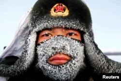 Китайский пограничник на границе с Россией. Провинция Хэйлунцзян, 2015 год