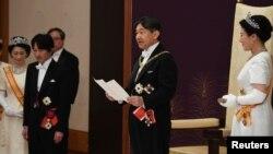 امپراتور ناروهیتو در معیت همسرش ماساکو