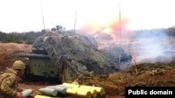 Украинские военные в зоне боев в Донбассе