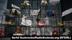 «Доросле кримське дитинство»: в Києві відкрилася виставка про сім'ї політв'язнів