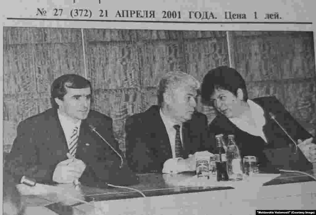 """""""Moldavskie Vedomosti"""", 21 aprilie 2001, de la stânga la dreapta: premierul Vasile Tarlev, preşedintele Vladimir Voronin şi şefa legislativului Eugenia Ospciuc"""