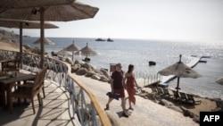 Туристер Қызыл теңіз жағалауында жүр. Египет, Шарм-әл-Шейх қаласы, 17 ақпан 2011 жыл. (Көрнекі сурет)