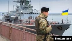 Український військовий на фоні фрегата «Гетьман Сагайдачний», архівне фото