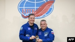 Kozmonauti Fyodor Yurchikhin (djathtas) dhe astronauti Jack David Fischer, gjatë konferenc5s për media më 19 prill