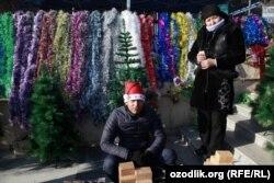 Торговля новогодней декорацией на рынке в Ташкенте.