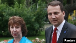 Polish Foreign Minister Radoslaw Sikorski with EU foreign policy chief Catherine Ashton at a meeting for EU foreign ministers in 2011.
