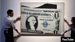 """Andy Warholyň 1962-nji ýylda çeken """"One dollar bill"""", ýagny """"Bir dollarlyk kagyz pul"""" atly eseri Londonyň """"Sotheby"""" auksion öýünde satyldy."""