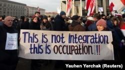 Протестующие в Минске несут плакат с надписью «Это не интеграция, это оккупация». 7 декабря 2019 года