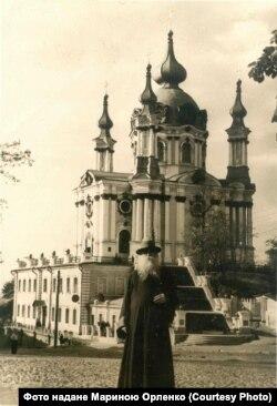 Микола Капшученко біля Андріївського собору, 8 квітня 1957 року