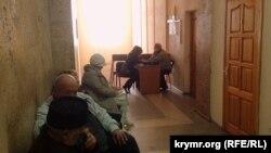Aqmescitte Tair Smedlâyevniñ mahkemesini beklegen tuvğanları ve soyları