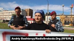 Активісти «Демократичного альянсу» проводять акцію вздовж дороги, по якій їхатиме кортеж президента Віктора Януковича, Київ, 3 червня 2013 року. Міліція перешкоджає проводити пікет.