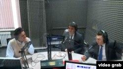 """Жанар Акаев и Жениш Молдокматов в эфире радио """"Азаттык"""". 5 апреля 2018 года."""