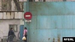 Люди у ворот тюрьмы. Иллюстративное фото.