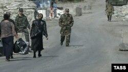 Ситуация в Ахалгорском районе в эти дни все больше напоминает август 2008 года, когда люди с пожитками покидали свои дома без всякой надежды вернуться обратно