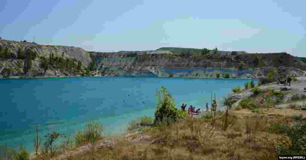 Довжина озера прямокутної форми – близько 400 метрів, ширина – 200, глибина досягає 16 метрів