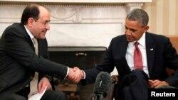 АҚШ президенті Барак Обама (оң жақта) Ирак премьер-министрі Нури әл-Мәликидің қолын қысып отыр. Вашингтон, 1 қараша 2013 жыл.