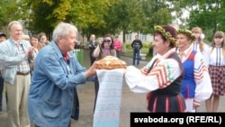 У Івесі караваем сустракаюць удзельнікаў і старшыню фэстывалю Юрыя Гарулёва