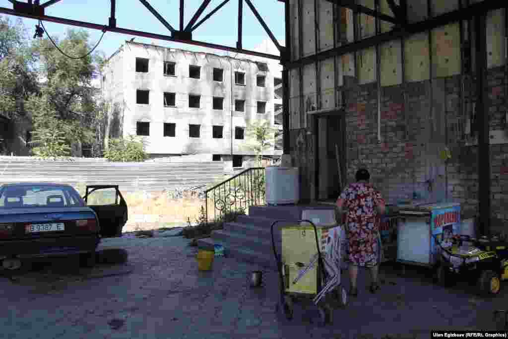 Западную часть здания Бакыт Чегирткеев обустроил под жилой дом. По его словам, соответствующее разрешение он получил в мэрии. Также он присматривает за зданием. Однако представители мэрии данную информацию не подтвердили.