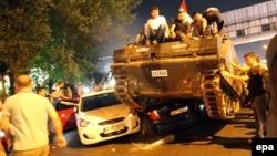 Стамбул во время попытки госпереворота 16 июля 2016. Танк с мятежниками переезжает автомобили