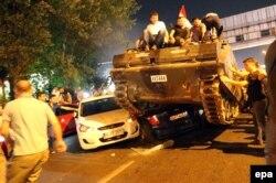 На заклик президента країни Реджепа Ердогана, на вулиці вийшли люди, які зупиняли військову техніку заколотників. Стамбул, 16 липня 2016 року