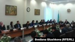Парламент депутаттарының жұмысшы тобы қылмыстық кодекстің жаңа жобасын талқылап жатыр. Астана, 23 қаңтар 2014 жыл.